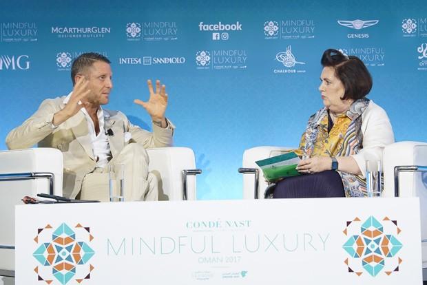 Suzy Menkes conversando com Lapo Elkann (Foto: Djinane AlSuwayeh/Divulgação)
