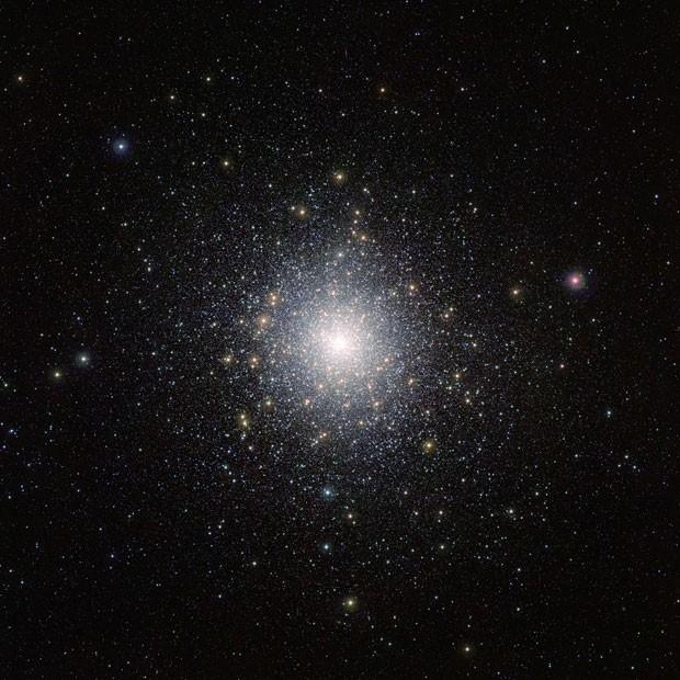 imagem que mostra o aglomerado de estrelas brilhantes 47 Tucanae (NGC 104), obtida pelo telescópio Vista, localizado no Chile (Foto: Divulgação/ESO)