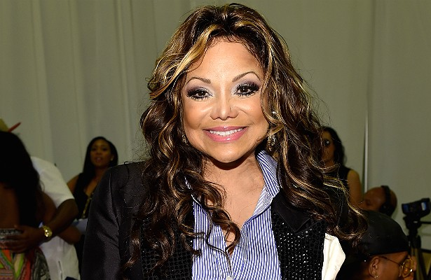 """Nem todos os membros da numerosa família de Michael Jackson (1958-2009) têm os dons do canto e da dança. Por exemplo, La Toya Jackson. Ela está com 58 anos e sua carreira de cantora simplesmente nunca decolou — um dos últimos videoclipes lançados por La Toya tem menos de 150 mil visualizações no 'YouTube'. Em comparação, a maioria dos da irmã Janet Jackson tem no mínimo 1 milhão de """"views"""" (e apenas um tem menos de 500 mil). Mas La Toya faz de tudo para continuar na mídia: além do sobrenome de peso, ela foi jurada nos reality shows 'RuPaul's Drag Race' e 'America's Next Top Model', teve seu próprio reality no canal de Oprah Winfrey e, claro, lançou uma autobiografia. (Foto: Getty Images)"""