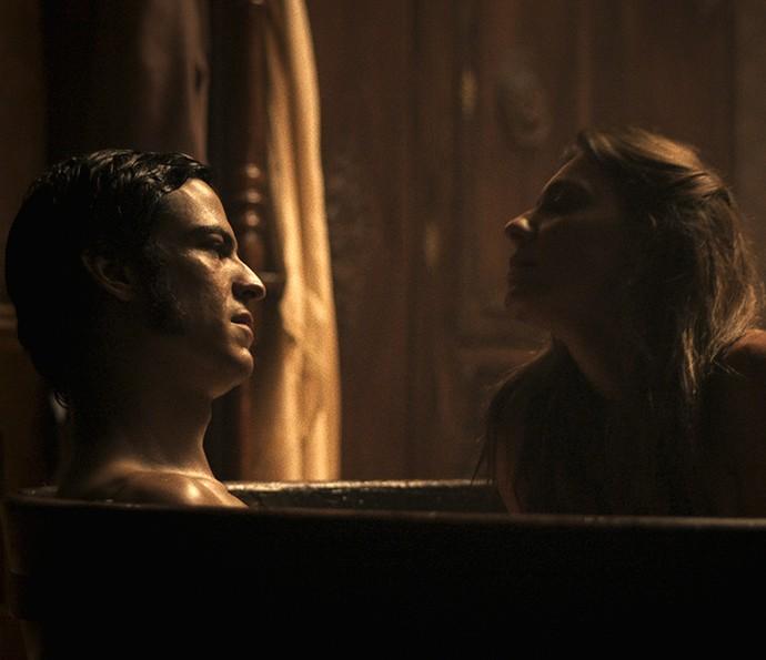 O clima esquenta e eles se beijam (Foto: TV Globo)