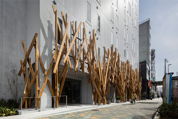Kengo Kuma inaugura hotel industrial em Tóquio (Foto: Keishin Horikoshi/SS Tokyo/Divulgação)