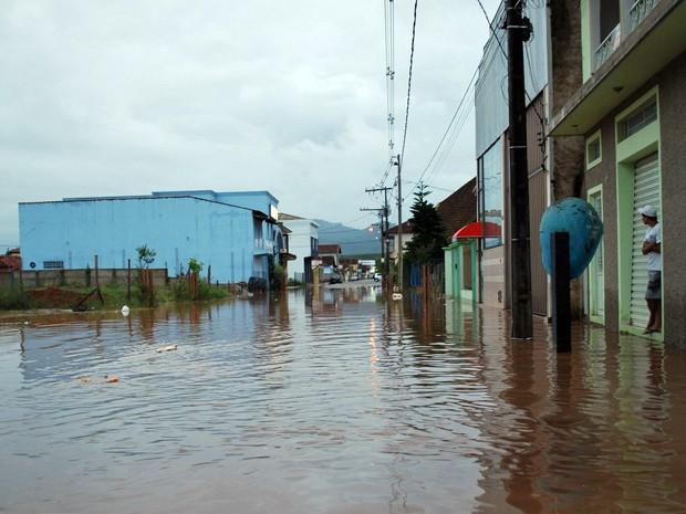 Moradores sofrem com ruas alagadas em Santa Rita do Sapucaí. (Foto: Giácomo Constanti / Vale Independente)