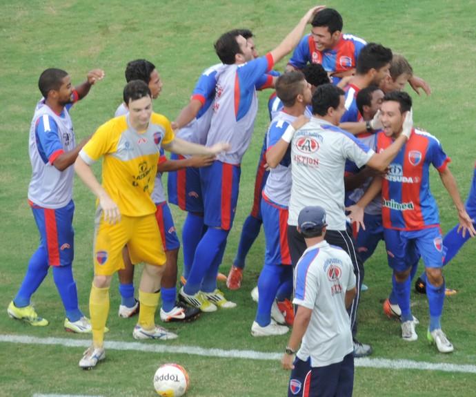 Romarinho e banco do Grêmio comemoram o primeiro gol, logo no início da partida (Foto: Mateus Tarifa / Globoesporte.com)