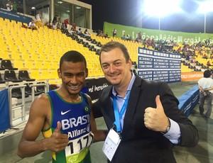 """Presidente do CPB, Andrew Parson pede foto com o campeão do Mundial Paralímpico de Atletismo, e Daniel Tavares brinca: """"Cinco mil reais"""" (Foto: Ivo Felipe/CPB)"""