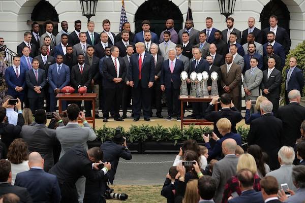 Donald Trump com os atletas do Patriots na Casa Branca, mas sem a presença de Tom Brady, marido de Gisele Bündchen (Foto: Getty Images)