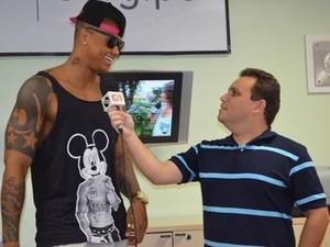 Fredson Navarro entrevista Léo Santana (Foto: Patrícia Carvalho/G1)