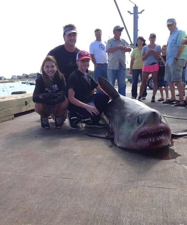 Família posa com tubarão após captura nos EUA (Foto: Reprodução/Facebook/Michael Evensen)