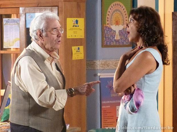 O clima fica tenso entre o casal (Foto: Flor do Caribe / TV Globo)