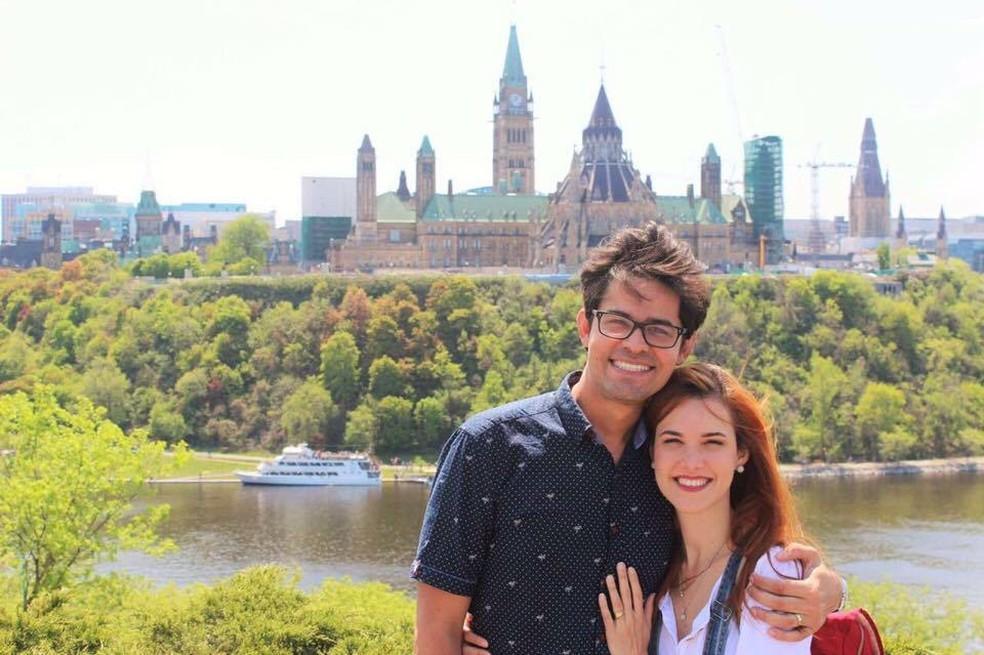 Tatyana Mendonça e o marido, Arthur Minduca, 30, em Québec (Foto: Arquivo pessoal  )