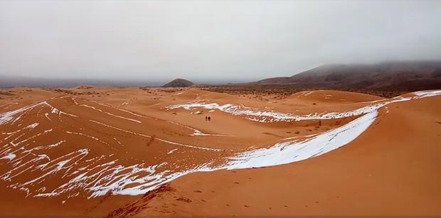 Duna com neve no deserto do Saara, na cidade de Ain Sefra, Argélia (Foto: Hamouda Ben Jerad/via Reuters)