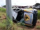 Policiais perdem controle e capotam camionete da PM na BR-010
