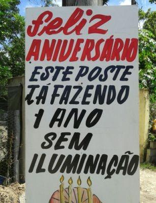 Cartaz ironiza a falta de iluminação na área (Foto: Luana Oliveira/Arquivo Pessoal)
