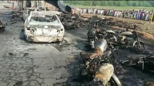 Explosão de caminhão-tanque mata mais de 140 no Paquistão