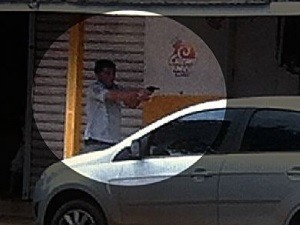 Imagens mostram suspeito atirando em mulher que tentava defender o pai, em Aparecida de Goiânia (Foto: Reprodução / TV Anhanguera)