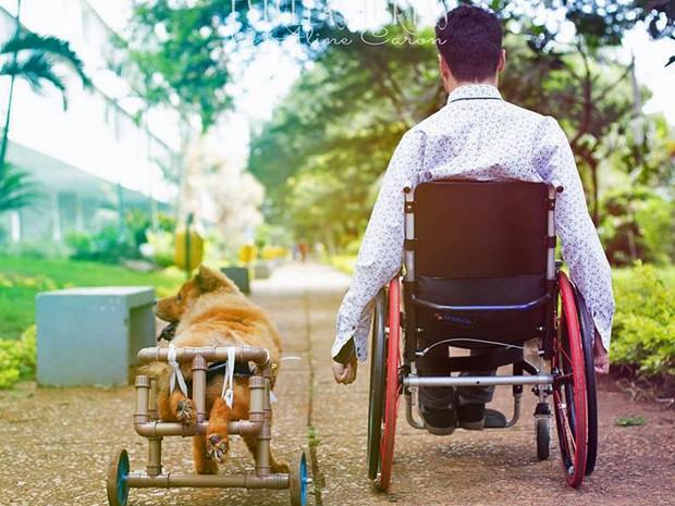 Leão, que é raça ChowChow, e o estudante Pedro Nunes no Parque da Cidade, em Brasília (Foto: Aline Caron/Arquivo Pessoal)