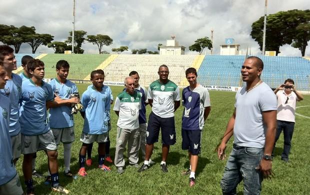 aloisio chulapa visita garotos Associação Atlética Francana (Foto: Fernando Vidotto/TV Globo)