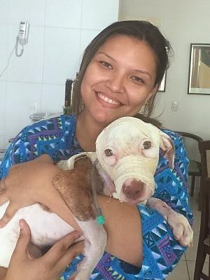 Joana resgatou a filhote Vida em terreno baldio   (Foto: Joana Darc Cordeiro/Arquivo Pessoal)