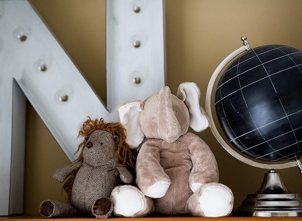 Letreiro luminoso comprado no exterior na loja Restoration Hardware. O globo é da loja Espaço Divino  (Foto: Carla D'Aqui)