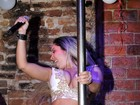 Mulher Melão se apresenta em festa gay e faz pole dance