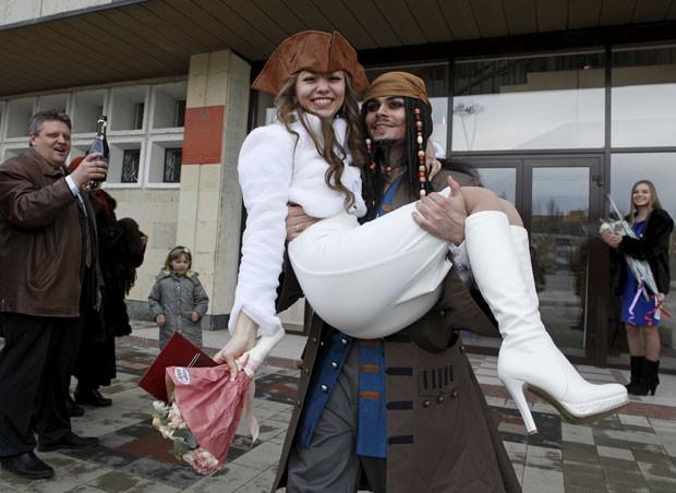 German Krasitsky fez surpresa para noiva e se casou vestido de capitão Jack Sparrow (Foto: Eduard Korniyenko/Reuters)