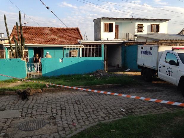 Mulher e três crianças foram encontradas com sinais dentro de uma residência no Bairro Restinga, em Porto Alegre (Foto: Josmar Leite / RBS TV)