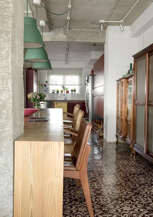 apartamento-decoracao-estudio-vitor-penha-estilo-industrial-concreto-aparente-mesa-cadeiras (Foto: Edu Castello/Editora Globo)