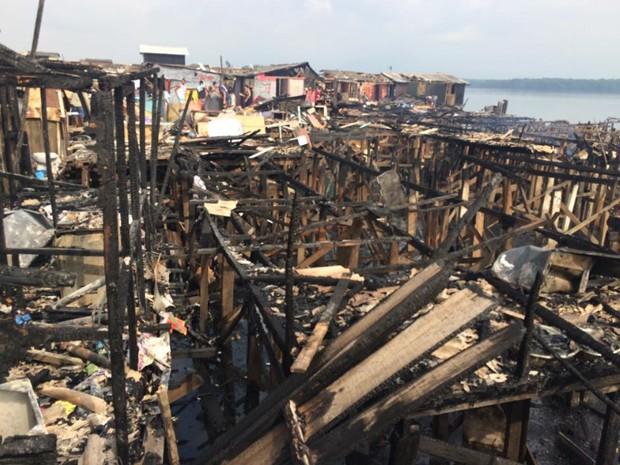 Incêndio destruiu dezenas de barracos na Vila Telma  (Foto: Solange Freitas/TV Tribuna)