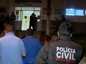 Suspeito triplo homicídio foi levado para Delegacia Juiz de Fora (Foto: reprodução/TV Integração)