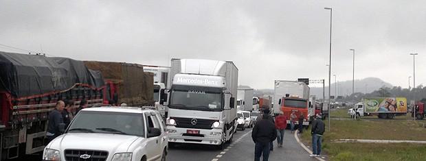 Protesto de caminhoneiros na BR-101, em Três Cachoeiras, RS (Foto: Halex Vieira/RBS TV)