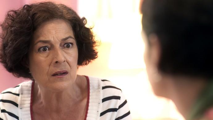 Leila conta a verdade a Flavia para tentar salvar Cidália (Foto: TV Globo)