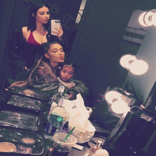 Kim Kardashian e a filha, North West, com Ariana Grande em bastidores de show em Los Angeles, nos Estados Unidos (Foto: Instagram/ Reprodução)