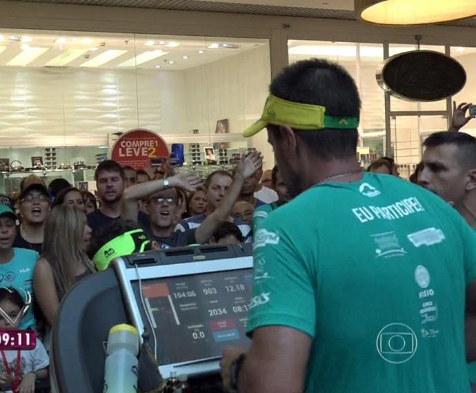 Márcio recebe o apoio das pessoas em shopping no Rio  (Foto: Mais Você/TV Globo)
