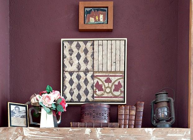 No cantinho para os hóspedes da casa da mineira Zenilca Navarro, a parede acima da lareira tem o tom da moda na decoração, com acabamento de madeira de demolição (Foto: Lufe Gomes/Editora Globo)