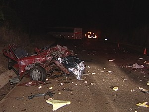 Quatro pessoas morreram no acidente na MG-497 (Foto: Reprodução/TV Integração)