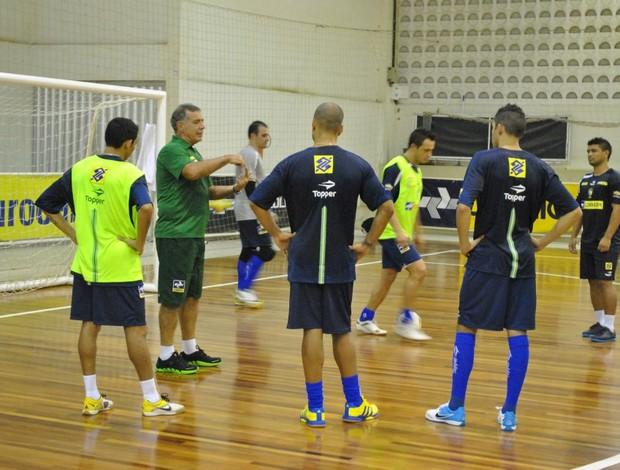 Ney Pereira comanda treino da seleção brasileira em Caucaia (Foto: Viviane Sobral/CBFS)