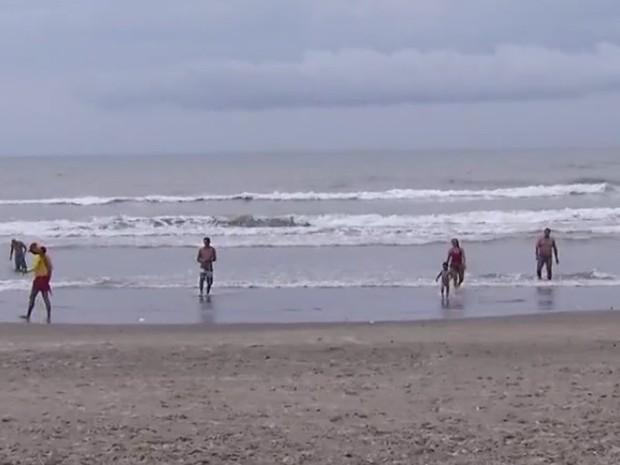 Garoto estava na praia quando foi atingido pelo raio (Foto: Reprodução / TV Tribuna)