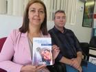 Mãe realiza sonho e publica livro com poesias de filho morto no litoral de SP
