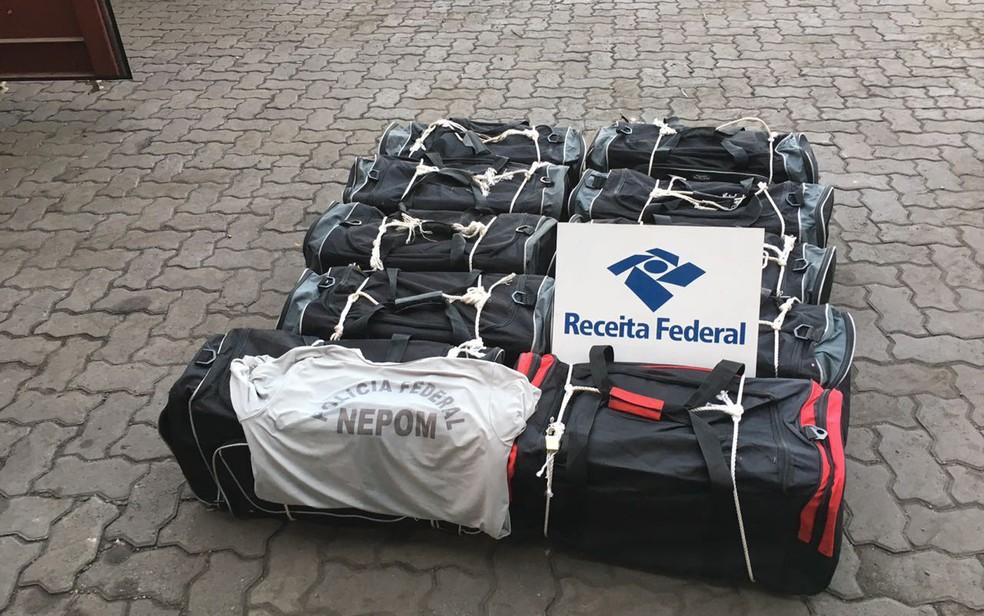 Sacolas foram localizadas por fiscais na madrugada desta terça-feira (9) (Foto: Divulgação/ Receita Federal)