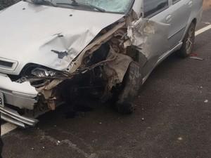 A PRE-CE disse que os dois veículos trafegavam em sentidos opostos quando o condutor do carro perdeu o controle e bateu de frente contra a moto. (Foto: Richard Lopes)