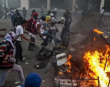 Protestos: Manifestantes fazem barricada para enfrentar polícia na Venezuela  (Foto: EFE)