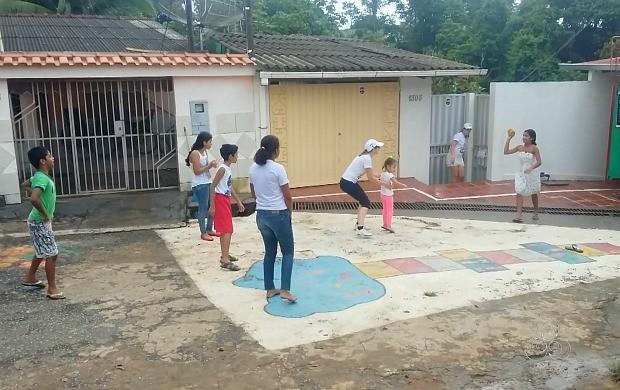 Jogar queimada é jogada em grupo e ganha quem eliminar todos os adversários do outro grupo (Foto: Rondônia TV)