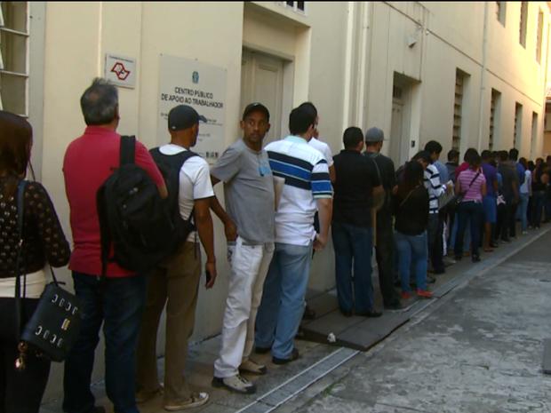 Com maior busca por emprego, CPAT de Campinas tem filas às segundas feiras (Foto: Reprodução / EPTV)