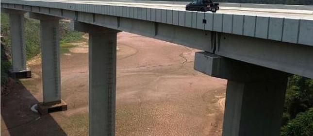 Ponte sobre parte seca do Sistema Cantareira (Foto: Estadão)