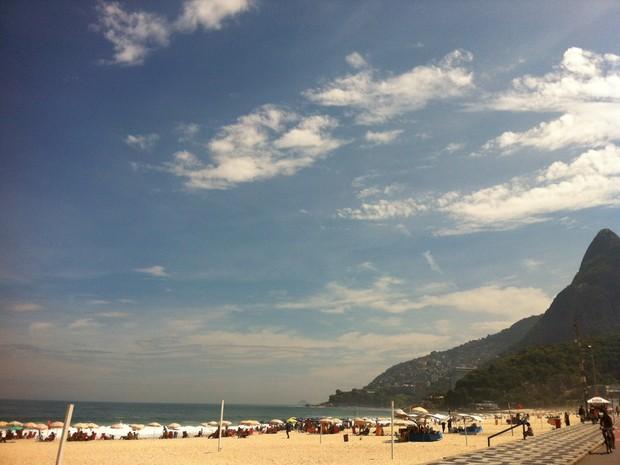 Céu azul no Leblon, com termômetros nas alturas (Foto: José Raphael Berrêdo/G1)