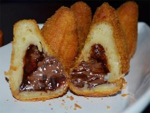 Coxinha de creme de avelã com morango foi a primeira opção doce desenvolvida no bar (Foto: Fernanda Testa/G1)
