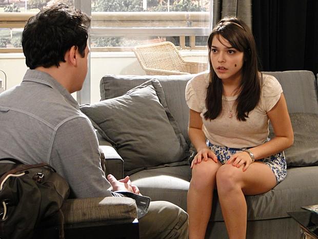 Isabela fica com medo de perder a atenção do pai (Foto: Malhação / TV Globo)