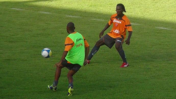 Atacante do CRB, Jailton marca lateral Gleidson (Foto: Caio Lorena / GloboEsporte.com)
