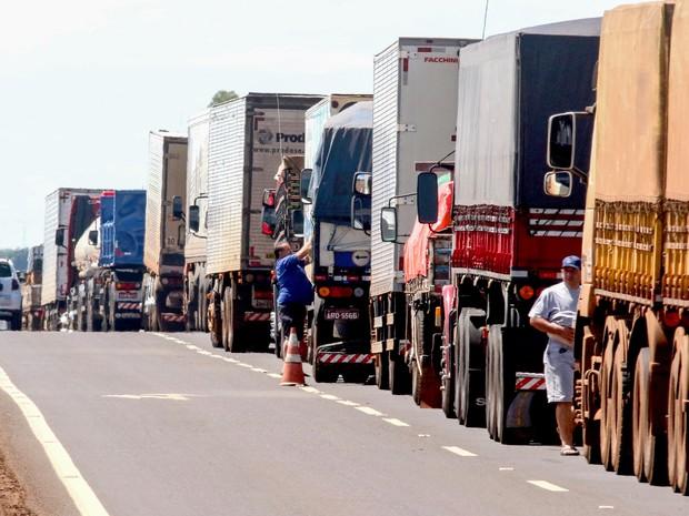 Protesto de caminhoneiros na rodovia BR- 376, região de Maringá, norte do Paraná (Foto: João Paulo Santos/Estadão Conteúdo)