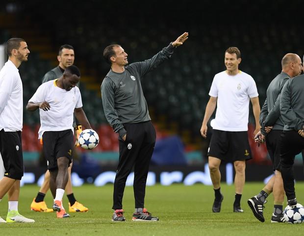 Massimiliano Allegri e jogadores da Juventus da final (Foto: getty images)