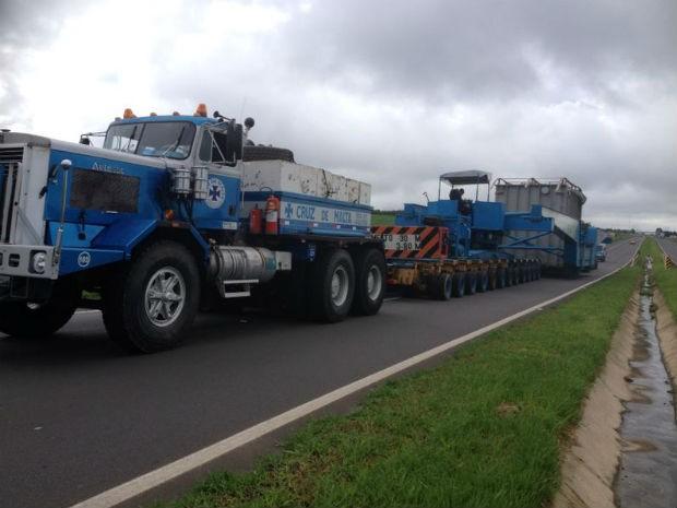 Transformador gigante, que saiu de Curitiba, segue pela BR-376 em direção a Osasco (SP) (Foto: Wesley Cunha/RPC TV)